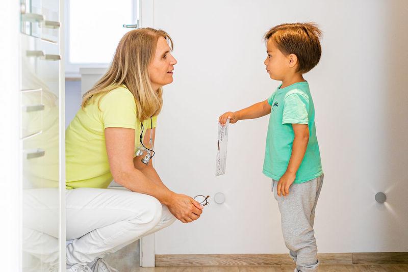 Gespräch zwischen Kind und Dr. Uhlemann