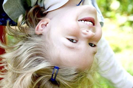 Glückliches Kinder über Kopf